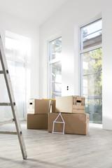 Kartons in neuem Zuhause