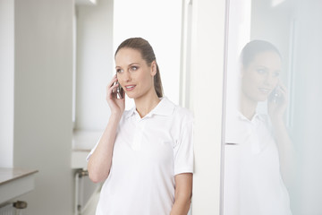 Deutschland, Zahnarzt am Telefon sprechen