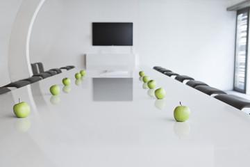 Deutschland, Köln, Grüne Äpfel auf Konferenztisch