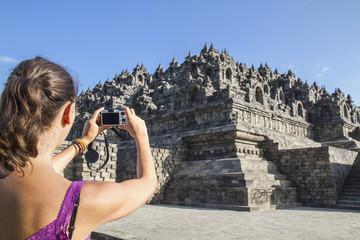 Indonesien, junge Frau, die Foto von Borobudur -Tempel