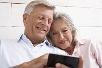 Spanien, Senior Paar mit Handy