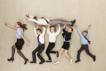 Business- Kinder tragen Jungen im Büro