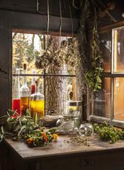 Österreich, Land Salzburg, Verschiedene Kräuteröle und Kräuter in alten Hütte
