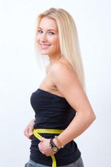 Frau misst ihren Taillen-Umfang