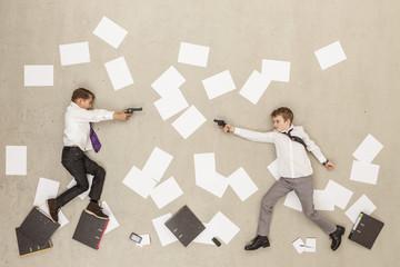 Business- Jungen mit Gewehr im Büro