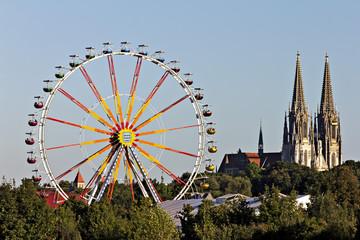 Deutschland, Bayern, Regensburg, Blick auf Riesenrad mit Dom