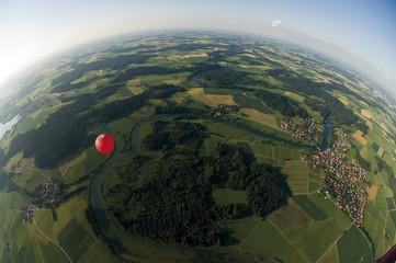 Deutschland, Bayern, Heißluftballon über Weidelandschaft