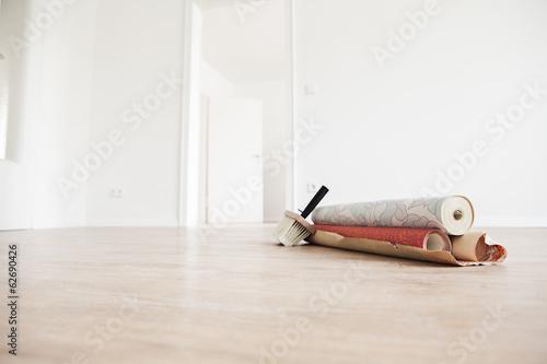 Umzug mit Tapetenrollen auf Holzboden
