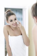 Teenager Mädchen suchen ihr Spiegelbild