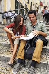 Portugal, Lisboa, Carmo, Calcada du Duque, junges Paar mit Stadtplan sitzen an Treppen