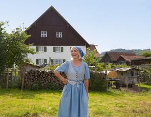 Deutschland, Bayern, Seniorin, vor der Farm