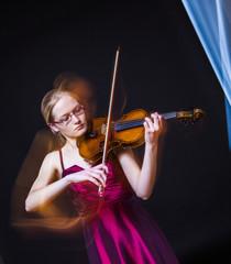 Teenager-Mädchen spielt Geige