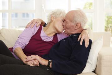 Deutschland, Düsseldorf, Senior Paar küssen und zu Hause entspannen