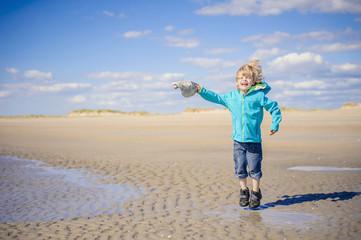 Dänemark, Römö, Junge springt in Nordsee