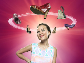Lächelnde junge Frau, die fliegende Schuhe, Composite