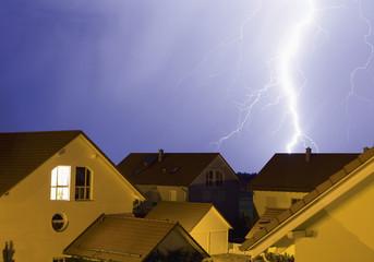 Deutschland, Bayern, Sauerlach, Blitze in der Nacht