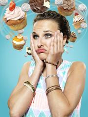 Junge Frau mit fliegenden Cupcakes um ihren Kopf, Composite