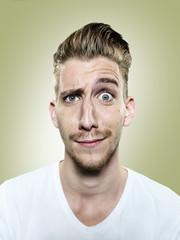 Portrait von zweifelndem jungen Mann