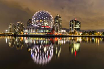 Kanada, Skyline von Vancouver in der Nacht mit TELUS World of Science
