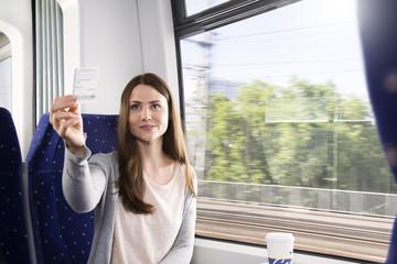 Deutschland, Brandenburg, Frau zeigt Ticket