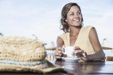 Spanien, Frau im Café mit Strohhut