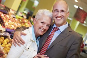 Deutschland, Köln, Senioren Paar im Supermarkt