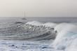 Spanien, Wellenbrecher, Segelboot im Hintergrund bei La Gomera