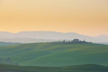 Italien, Ansicht der Landschaft bei Sonnenaufgang