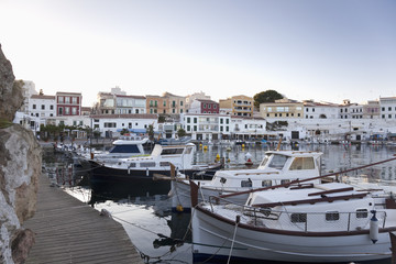 Spanien, Menorca, Blick auf Hafen und Altstadt von Es Castell im Abendlicht