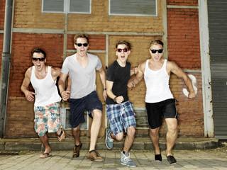 Deutschland, Düsseldorf, Junge Freunde laufen im Industriegebiet