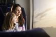 Mutter und Tochter in einem Zug
