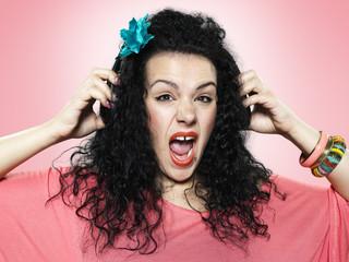 Portrait von schreienden jungen Frau mit Kopfhörer