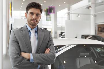Beim Autohändler, zuversichtlich Verkäufer