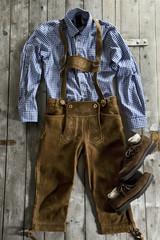 Lederhose, Trachtenhemd und Haferlschuh, traditionelle bayerische Schuh