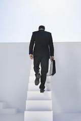 Geschäftsmann im schwarzen Anzug Treppensteigen