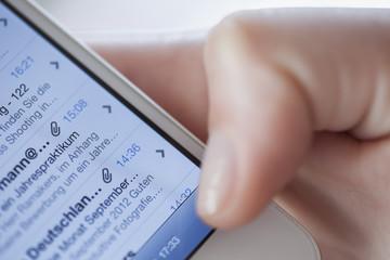 Junge Frau, die E-Mails checken Liste im Smartphone