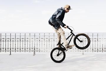 Deutschland, Schleswig Holstein, Teenager Springen mit BMX-Rad