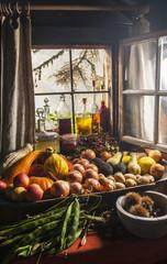 Österreich, Land Salzburg, Verschiedene geernteten Früchte im Garten