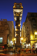 Portugal, Lissabon, Baixa, Blick auf beleuchtete Santa Justa