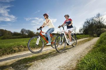 Deutschland, Bayern, Seniorin auf Elektro-Fahrrad