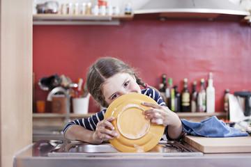Deutschland, Köln, Mädchen, Waschplattenin der Küche Spüle