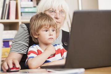 Deutschland, Berlin, Großmutter und Enkel mit Laptop