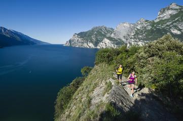 Italien, Paar mittleren Alters Joggen am Gardasee
