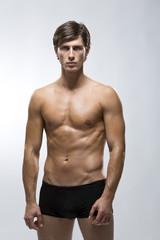 junger Mann in schwarzer Unterwäsche
