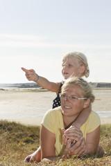 Frankreich, Bretagne, Landeda, Mutter und Tochter, die an der Küste liegen