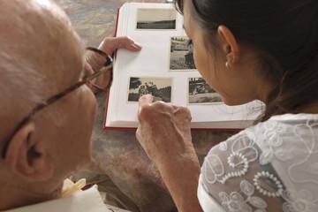Deutschland, Baden Württemberg, Großvater und Enkel, Fotoalbum anschauen