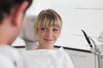 Deutschland, Junge Frau im Zahnarztstuhl