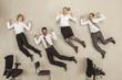 Geschäftsleute springen in Büro