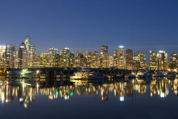 Kanada, Vancouver, Marina mit Schiffen und Skyline bei Nacht