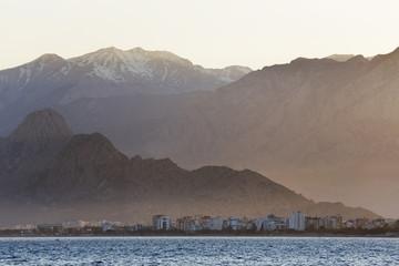 Türkei, Antalya, Türkische Riviera mit Konyaalti Strand und Taurus-Gebirge